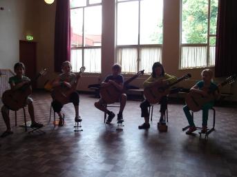 Gitaar-ensemble in de theaterzaal van De Vuurvogel