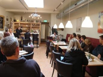 Leerlingen spelen in boekhandel Jacques Baas