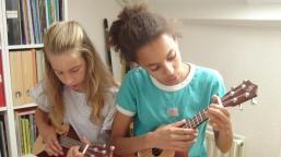 Duoles met twee vriendinnen op ukulele
