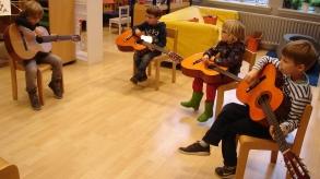 Proefles gitaar in een groepje