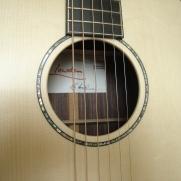 Dit is een Lowden staalsnarige gitaar